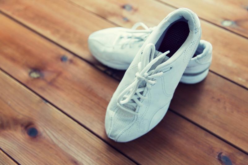 Sneakers på trägolv